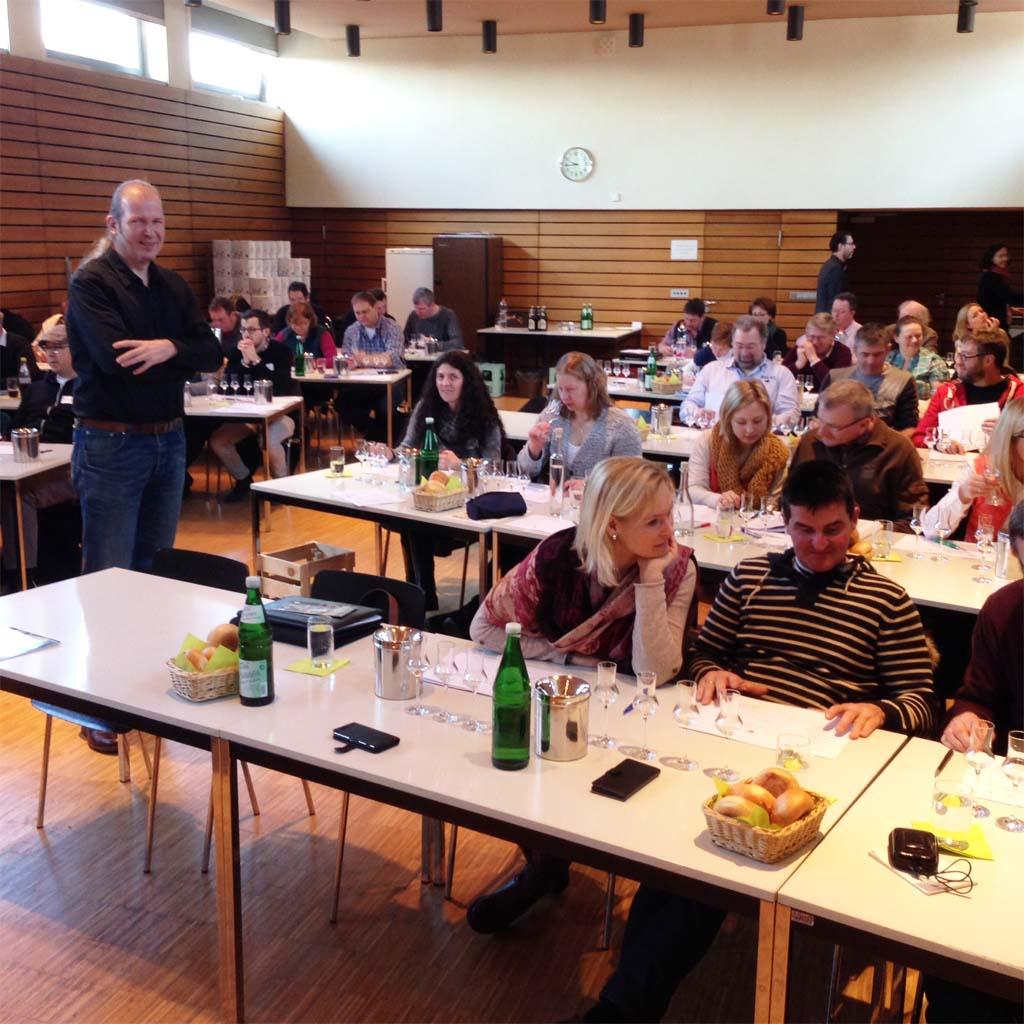 Das Training der Edelbrandsommeliers war sehr gut besucht. Helmut Hirzer bereitete die Teilnehmer professionell auf die bevorstehende Prämierung vor.
